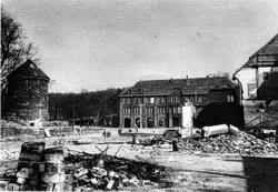 Nobelplatz in Krümmel nach dem Bombenangriff vom 7. April 1945