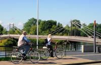 Radfahrer an der Elbe in Geesthacht